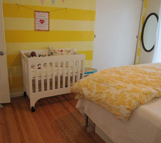 Дизайн спальни с детской кроваткой фото