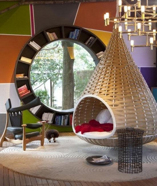 Подвесное плетеное кресло в интерьере детской комнаты
