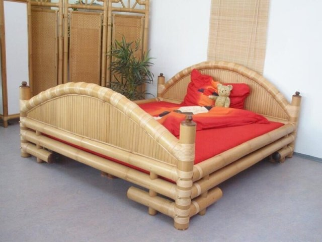 Искусственная плетеная мебель из бамбука в интерьере спальни