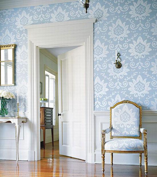 Сочетание белых дверей и плинтусов