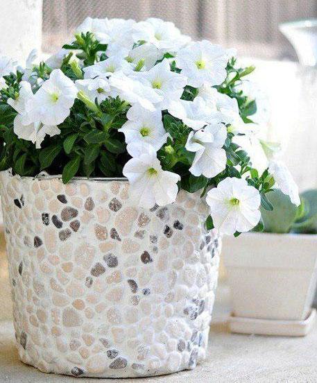 Оформление цветочного горшка с помощью мелких камней