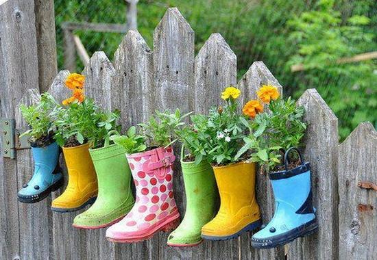 Декорирование цветочных горшков из детской обуви