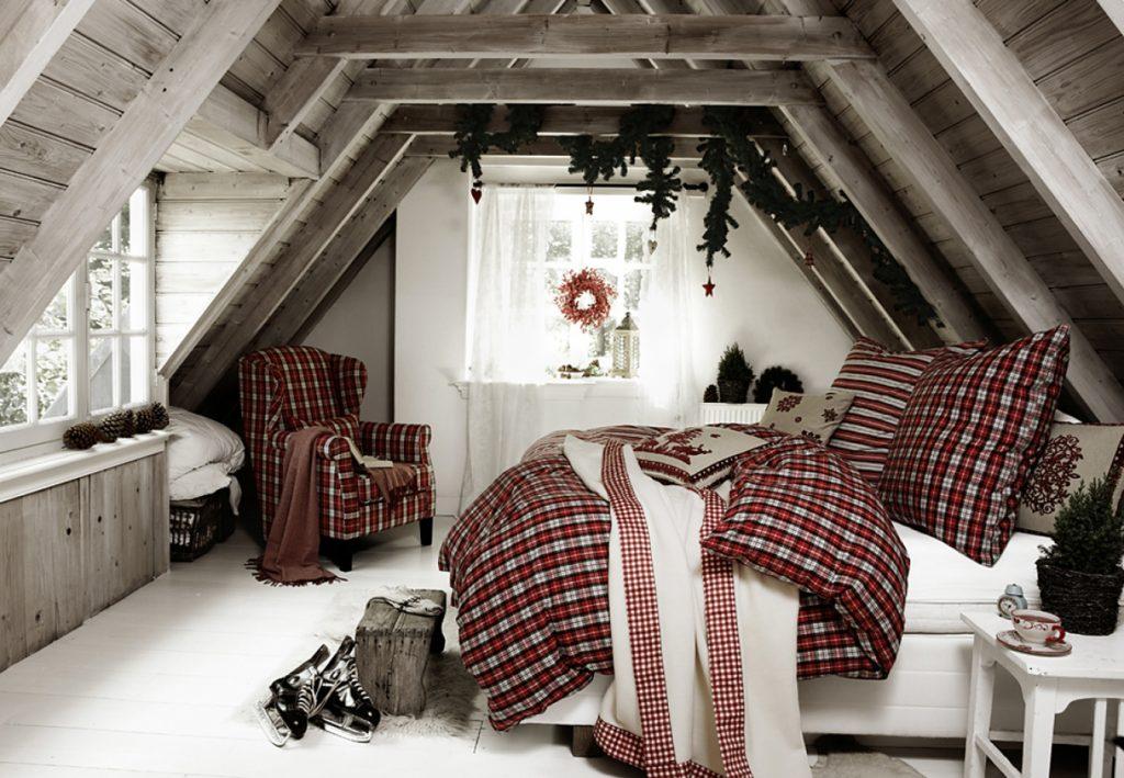 Новогоднее украшение окна в спальне