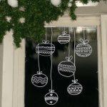 Фото 59: Бумажные елочные шарики для украшения окна