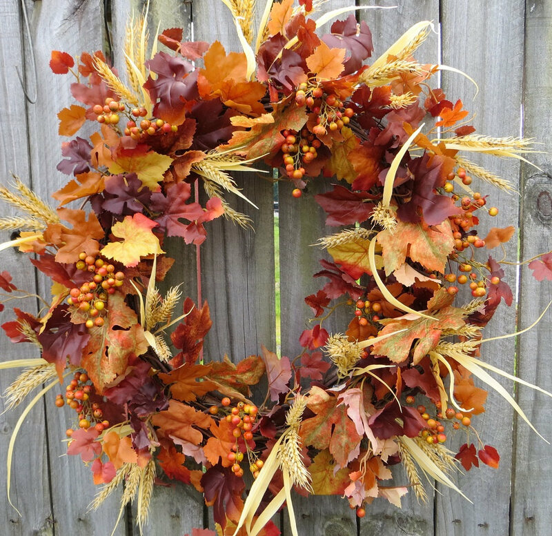 Осенний венок из листьев и злаков