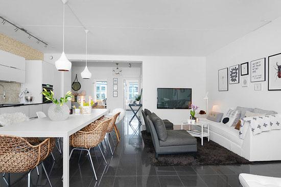 Керамическая плитка на полу в гостиной фото