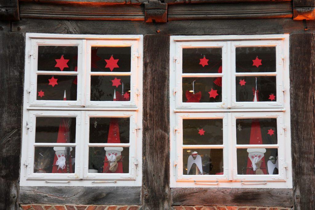 Вид снаружи новогоднего украшения окон