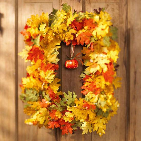 Декоративный венок на дверь из осенних листьев