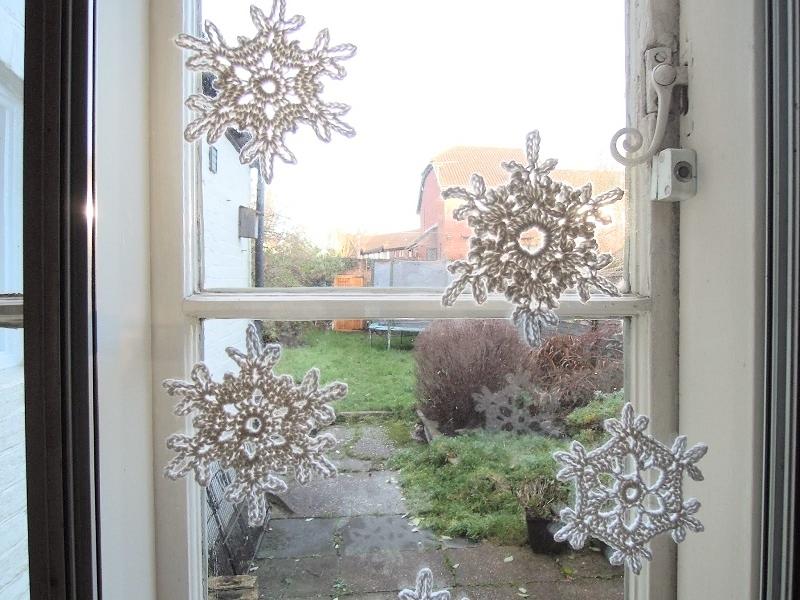 Вязаные снежинки на окно