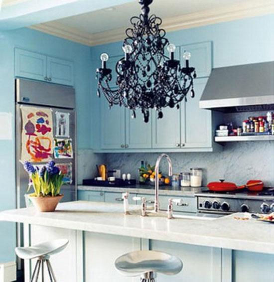 Светильник из черного стекла в интерьере кухни