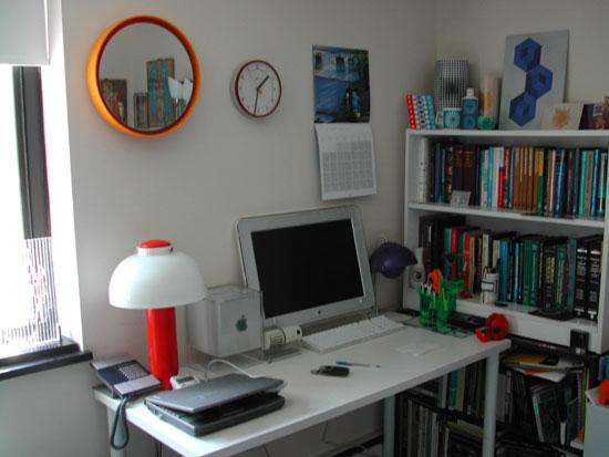 Настольная лампа из цветного стекла в кабинете