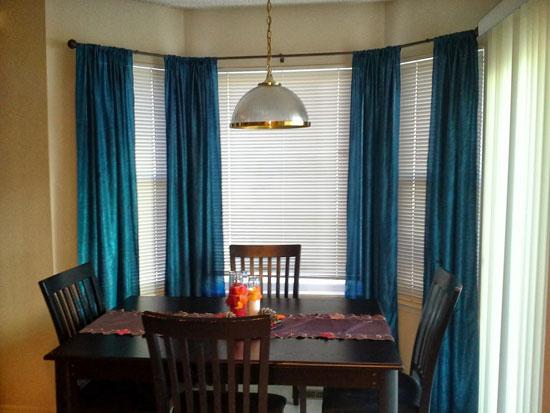 Темные шторы на кухне с эркером фото