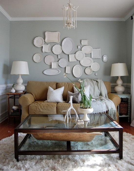 Коллекция тарелок на пустой стене
