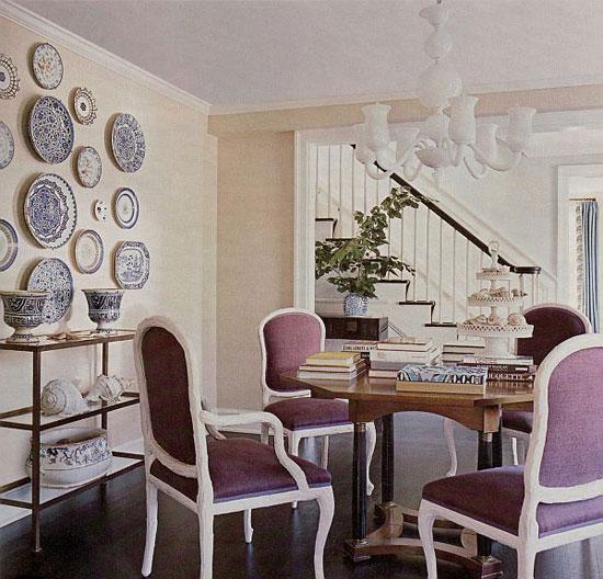 Декорирование пустой стены композицией декоративных тарелок