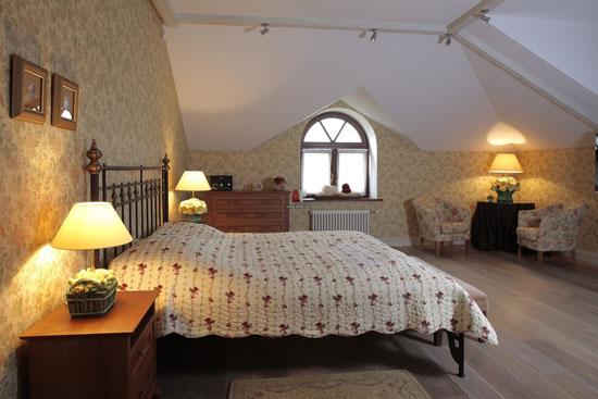 Арочные окна небольшого размера в частном доме