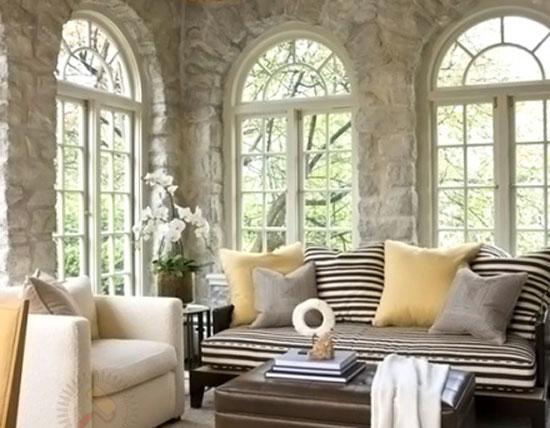 Арочные окна в интерьере с прозрачными стеклами