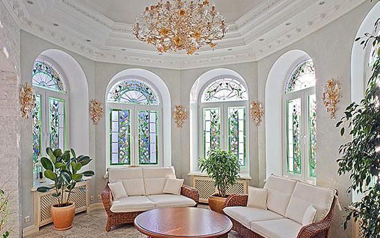 Распашные арочные окна в интерьере