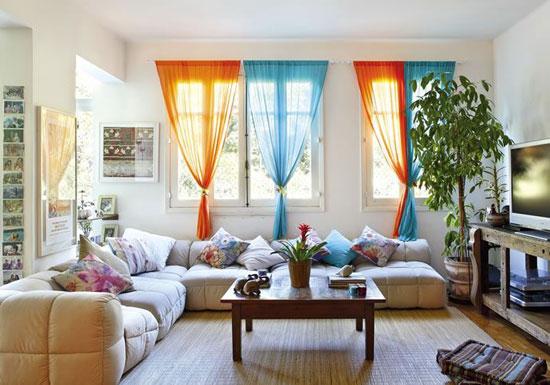 Разноцветные шторы на кулиске в интерьере
