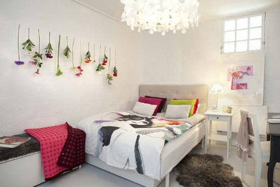 Хрустальная люстра в интерьере спальни