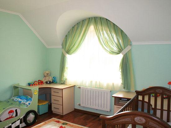 Оформление арочных окон в спальне