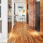 Фото 27: Ламинат на полу и стенев прихожей