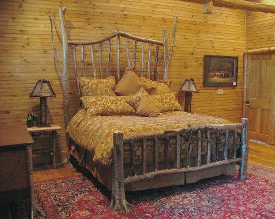 Спальня в рустикальном стиле с использованием декора из дерева в интерьере