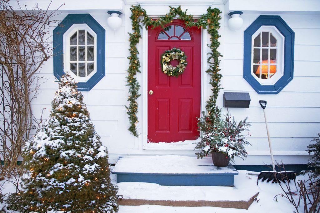Украшение двери рождественским венком