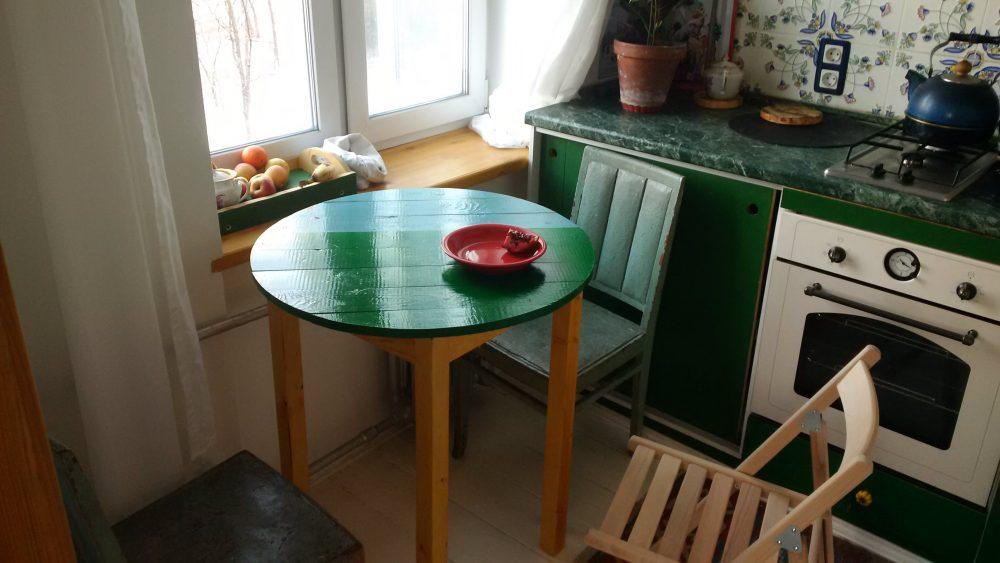 Круглый стол на маленькой кухне