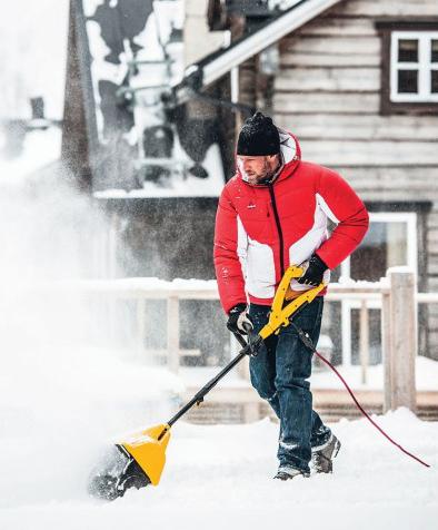 Выбор снегоуборочной техники. Электрический снегоуборщик и зимний пейзаж