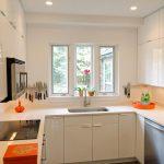 Фото 56: Увеличение пространства кухни за счет светлых тонов
