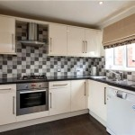 Фото 156: Кухня с квадратной плиткой