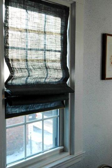 Полусвернутые темно-серые шторы