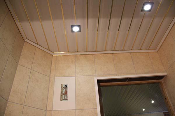 реечный потолок в ванной отделка