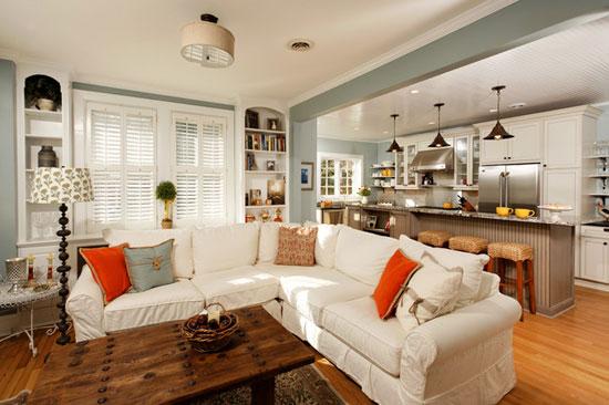 Развернутый диван - классический способ визуально отделить кухню от гостиной в общей комнате