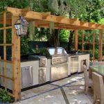 Фото 29: Летняя кухня с навесом на шпалере