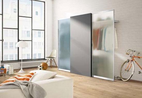 Гардеробная с раздвижными стеклянными дверями в подростковой комнате
