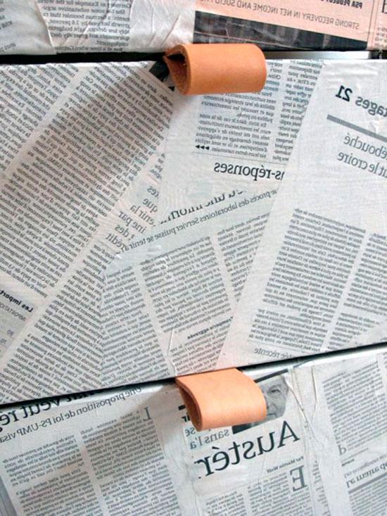 Газетная бумага наносится на поверхность комода на специальный клей