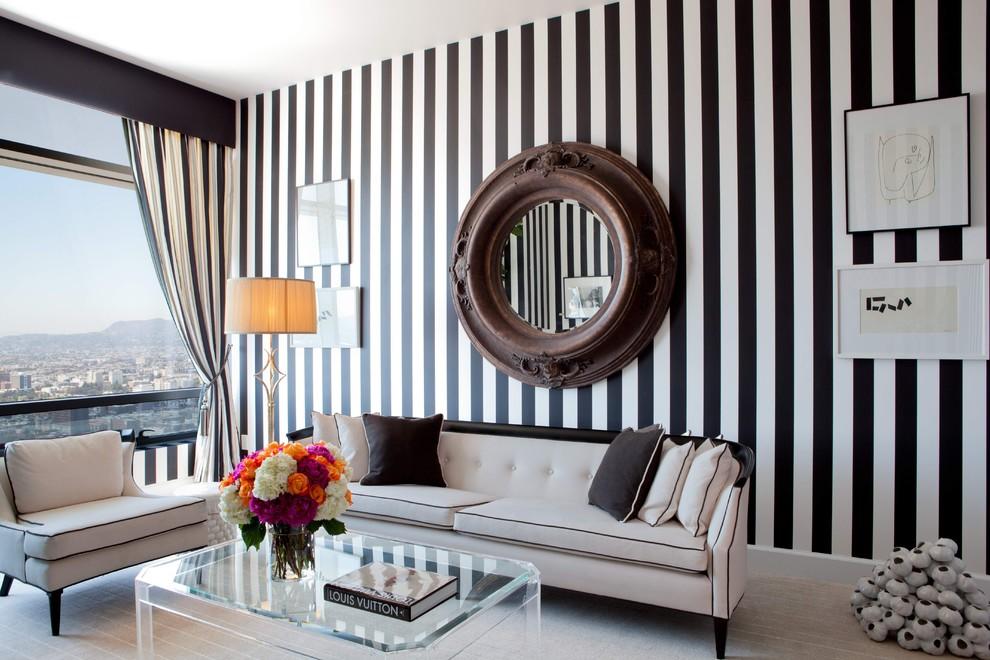 Черно-белые обои в полоску в гостиной