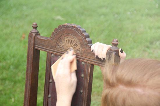 Перед покраской нужно ошкурить поверхность стула