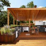 Фото 27: Современная летняя кухня на деревянном основании
