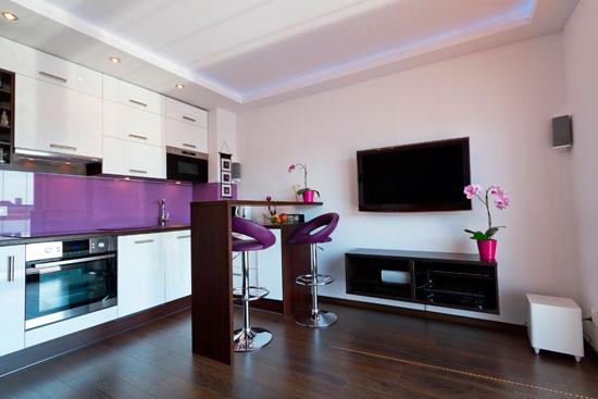 Декоративная стойка в интерьере совмещенной с кухней гостиной