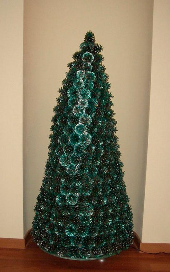 Елку из шишек можно декорировать красками и различными украшениями