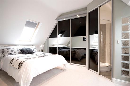 Раздвижные двери для гардеробной комнаты как средство зрительного увеличения пространства