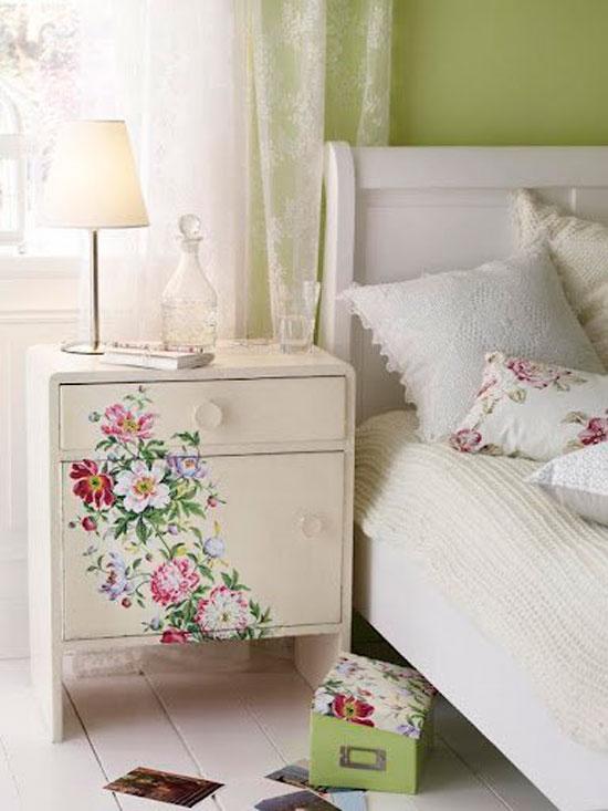 Нежные узоры станут отличным дополнением к интерьеру спальной