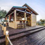 Фото 30: Летняя кухня из дерева с барной стойкой
