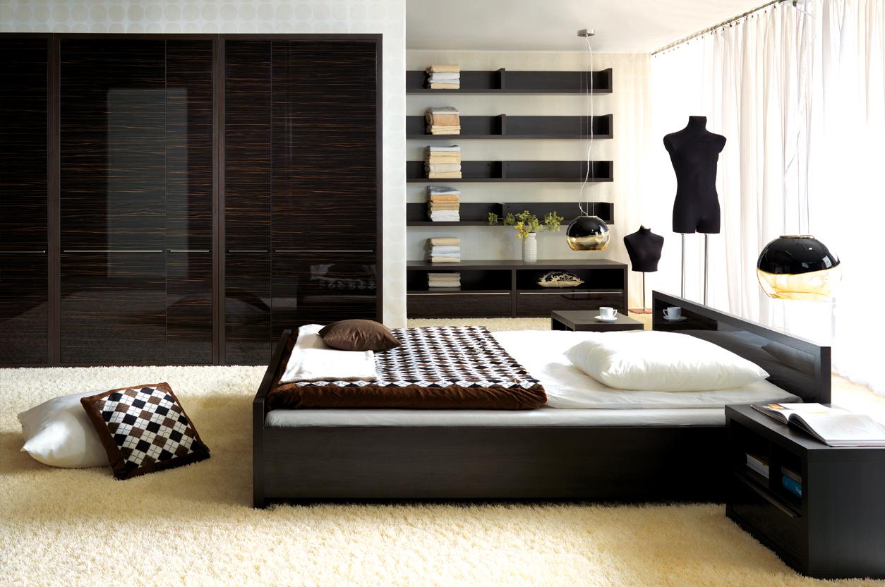 Декорирование дизайна спальни в современном стиле подушками