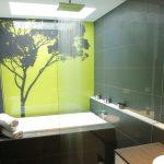 Фото 41: Сочетание зеленых оттенков пластиковых панелей в ванной