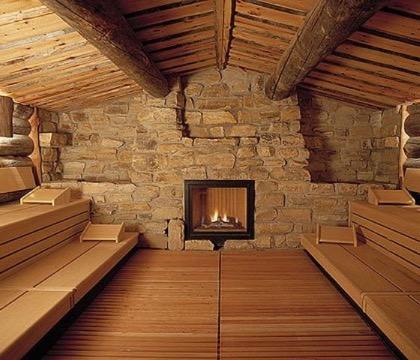 Красивый интерьер бани из камня и дерева