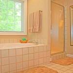 Фото 11: Белый в интерьере кафель для ванной комнаты