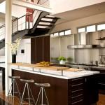 Фото 11: Кухня с лестницей в интерьере